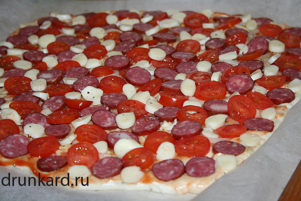 пицца с черри и колбасками
