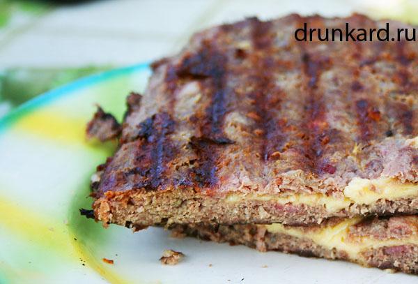 мясная лепёшка с беконом и сыром на мангале