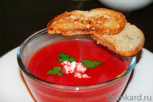 Свекольный суп-пюре с козьим сыром
