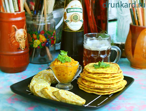 Лепёшки на пиве с домашней куриной колбаской и мангово-яблочным чатни