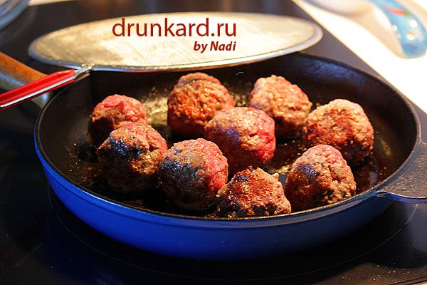Фрикадельки с томатным соусом и кедровыми орешками