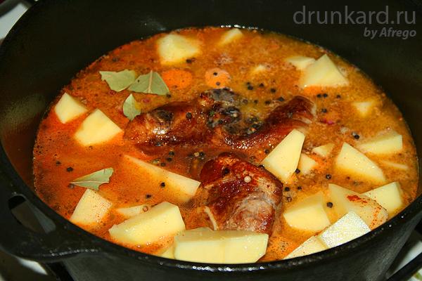 Рагу из свиной голяшки с солёными груздями
