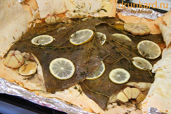 Камбала, запечённая в лаваше с лаймом, тимьяном и чесноком