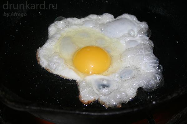Яйцо разбиваю в пиалку, а наготове рядом с плитой держу соль и мельницу с перцем