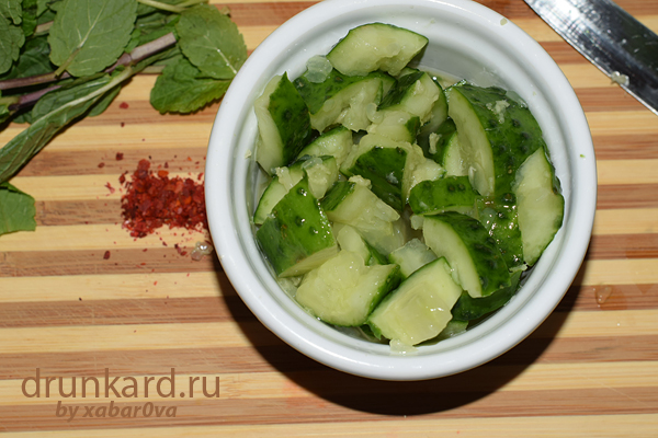 salat_iz_ogurcov_s_sel'dereem_i_mjatoj
