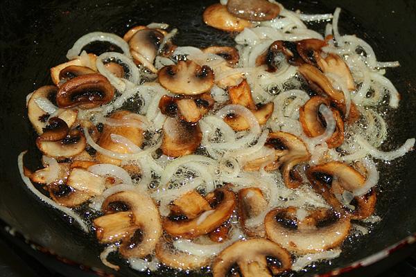 Рецепт жареных грибов с луком слоеный
