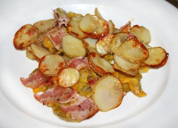 Запеченный молодой картофель с овощами и беконом