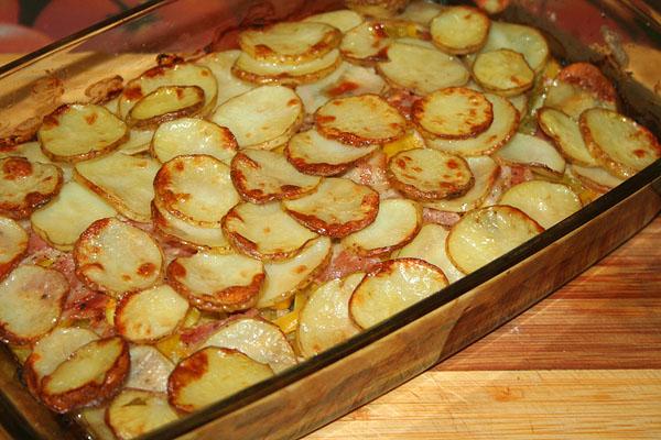 Картофель запеченный с беконом в духовке рецепт с фото